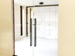 Dubbele pivoterende glazen deuren