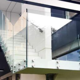 Glazen balustrade met zijdelingse montage