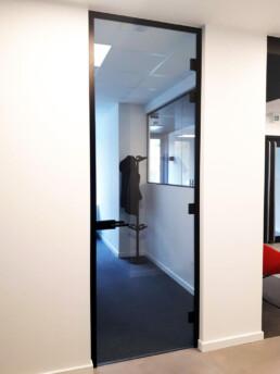 Glazen kaderdeur in kantoor