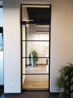 Pivoterende steel look deur met 4 symmetrische vakken