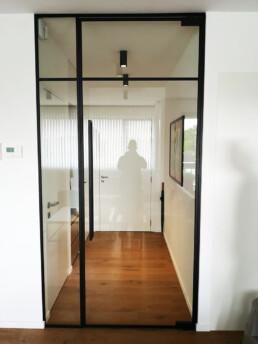 Pivoterende steel look deur met 2 asymmetrische verdelingen